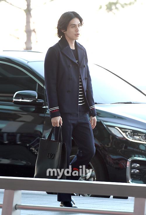 """Vẫn trung thành với kiểu tóc bà thím, """"Thần chết"""" Lee Dong Wook đẹp hút hồn tại sân bay như lãng tử trong truyện cổ - Ảnh 2."""