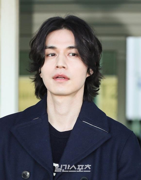 """Vẫn trung thành với kiểu tóc bà thím, """"Thần chết"""" Lee Dong Wook đẹp hút hồn tại sân bay như lãng tử trong truyện cổ - Ảnh 8."""