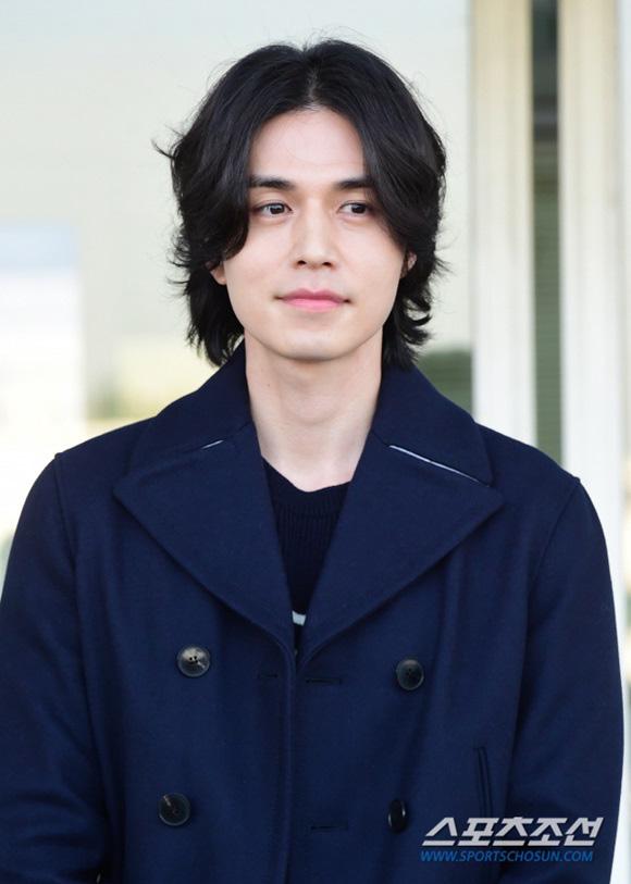 """Vẫn trung thành với kiểu tóc bà thím, """"Thần chết"""" Lee Dong Wook đẹp hút hồn tại sân bay như lãng tử trong truyện cổ - Ảnh 7."""
