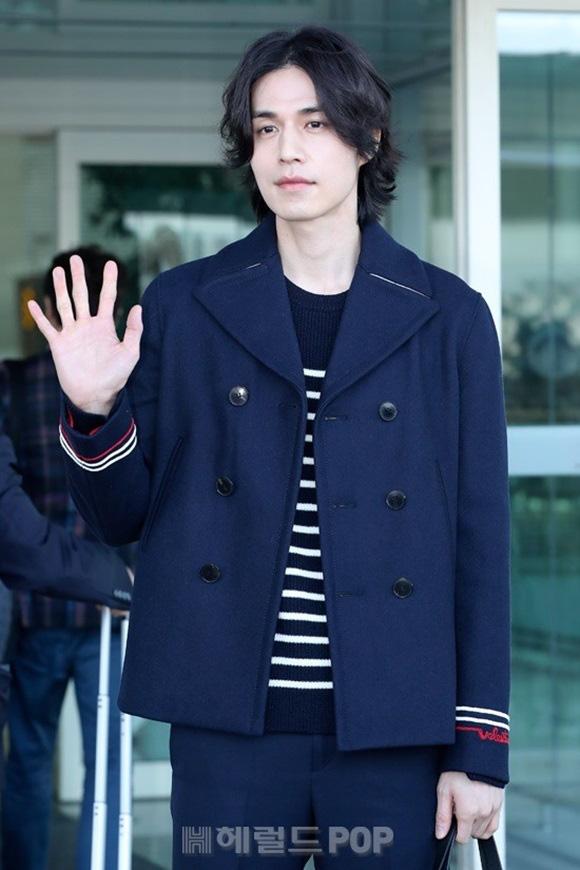 """Vẫn trung thành với kiểu tóc bà thím, """"Thần chết"""" Lee Dong Wook đẹp hút hồn tại sân bay như lãng tử trong truyện cổ - Ảnh 6."""