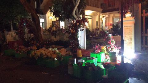 Sát giờ diễn ra lễ cưới, Đông Nhi nhá hàng khung cảnh tràn ngập hoa được chuẩn bị cho lễ vu quy, người hâm mộ thi nhau vào chúc mừng - Ảnh 6.