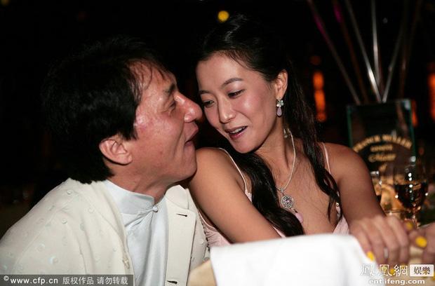 Cuộc sống trụy lạc của Thành Long: Ngoại tình, bỏ rơi con cái, ngủ với hàng tá gái mại dâm còn công khai sàm sỡ cả Châu Tấn, Kim Hee Sun   - Ảnh 6.