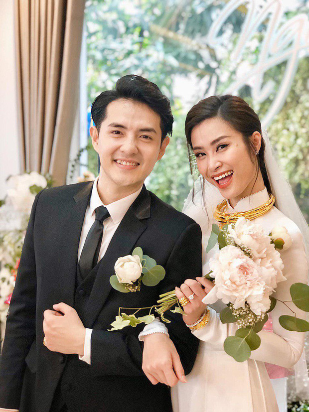 Khoảnh khắc hiếm của cô dâu Đông Nhi trong ngày trọng đại: Xuất hiện tươi tắn cùng chú rể Ông Cao Thắng, nhắng nhít với hội bạn thân - Ảnh 2.