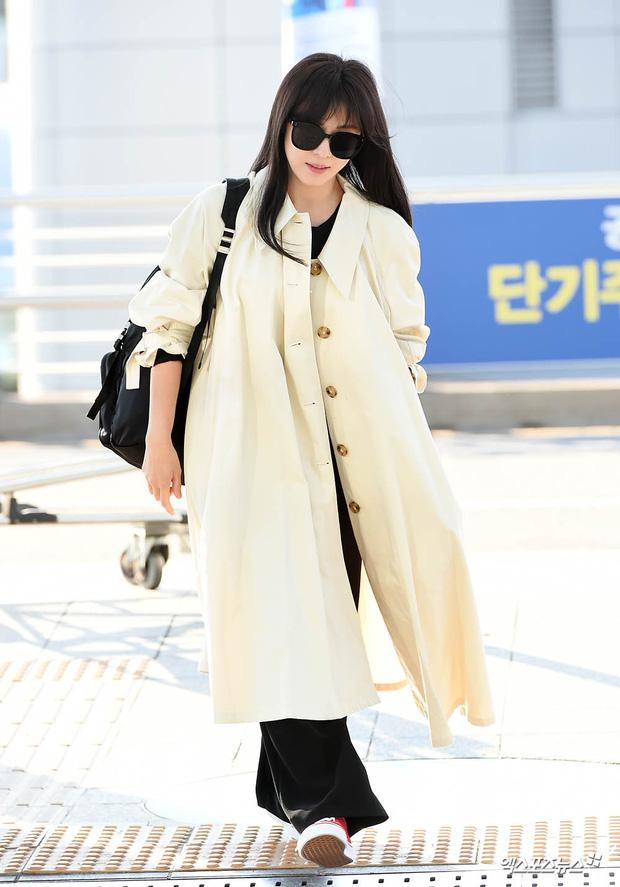 """Cuộc đọ sắc không khoan nhượng tại sân bay Hàn Quốc sáng nay: """"Hoàng hậu Ki"""" Ha Ji Won thần thái ngút ngàn lên đường sang Việt Nam, dàn idols trẻ toàn mỹ nam mỹ nữ - Ảnh 4."""
