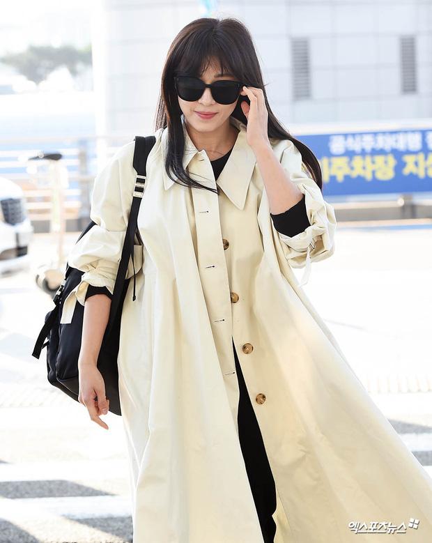 """Cuộc đọ sắc không khoan nhượng tại sân bay Hàn Quốc sáng nay: """"Hoàng hậu Ki"""" Ha Ji Won thần thái ngút ngàn lên đường sang Việt Nam, dàn idols trẻ toàn mỹ nam mỹ nữ - Ảnh 2."""