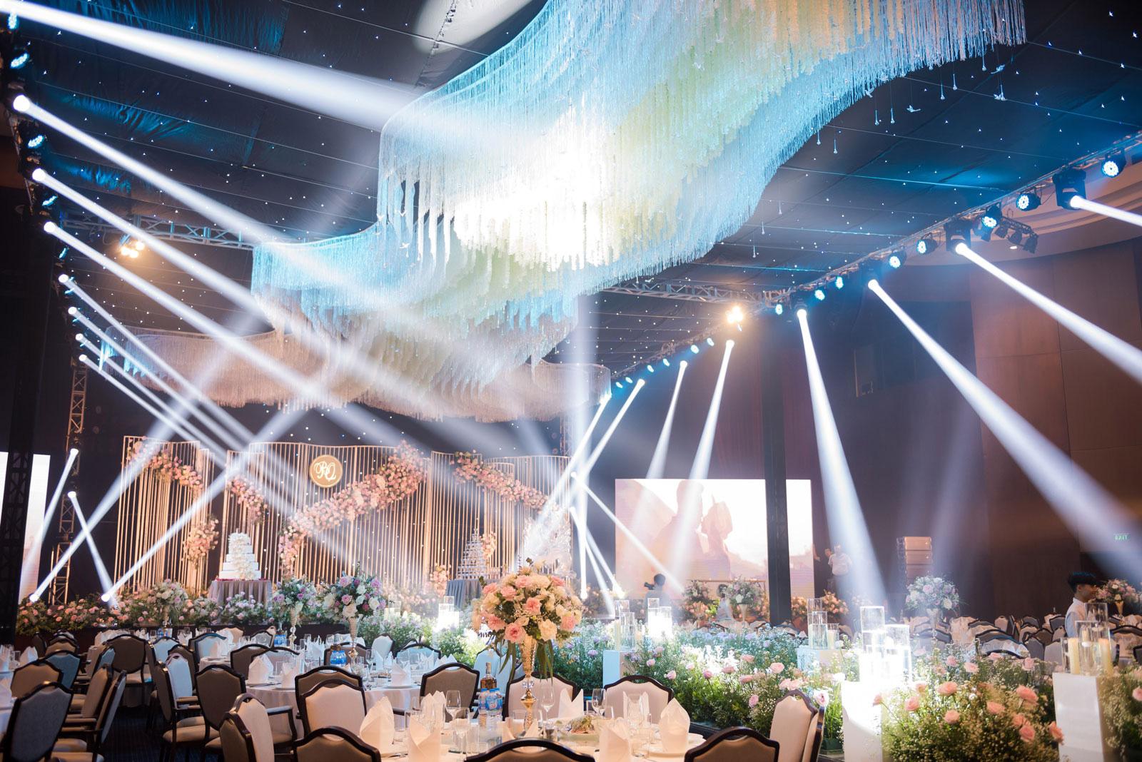 Không gian tiệc cưới như cổ tích tại FLC Hạ Long- Khách sạn Hội nghị hàng đầu châu Á - Ảnh 1.