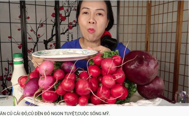 Vinh Nguyễn Thị - vlogger dũng cảm nhất giới Youtube: Sẵn sàng thử các loại đồ ăn thối nhất, chuyên gia ăn ớt thử độ bền của lưỡi - Ảnh 11.