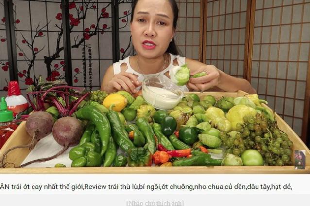 Vinh Nguyễn Thị - vlogger dũng cảm nhất giới Youtube: Sẵn sàng thử các loại đồ ăn thối nhất, chuyên gia ăn ớt thử độ bền của lưỡi - Ảnh 12.