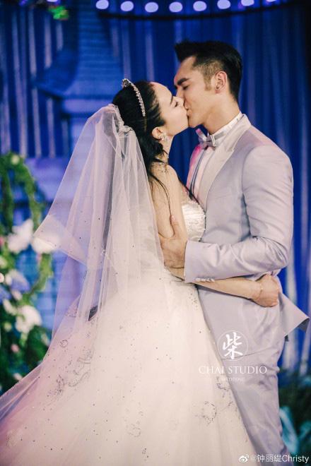 Kỷ niệm 3 năm về chung một nhà, Chung Lệ Đề chia sẻ loạt ảnh cưới trước đó chưa từng tiết lộ với chồng kém 12 tuổi - Ảnh 3.