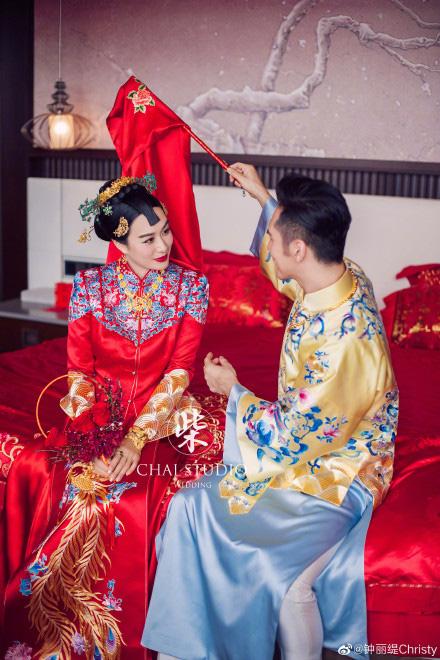 Kỷ niệm 3 năm về chung một nhà, Chung Lệ Đề chia sẻ loạt ảnh cưới trước đó chưa từng tiết lộ với chồng kém 12 tuổi - Ảnh 4.