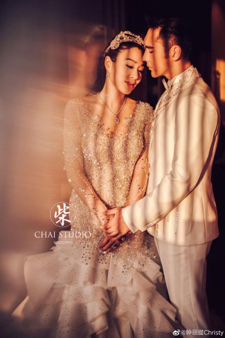 Kỷ niệm 3 năm về chung một nhà, Chung Lệ Đề chia sẻ loạt ảnh cưới trước đó chưa từng tiết lộ với chồng kém 12 tuổi - Ảnh 1.