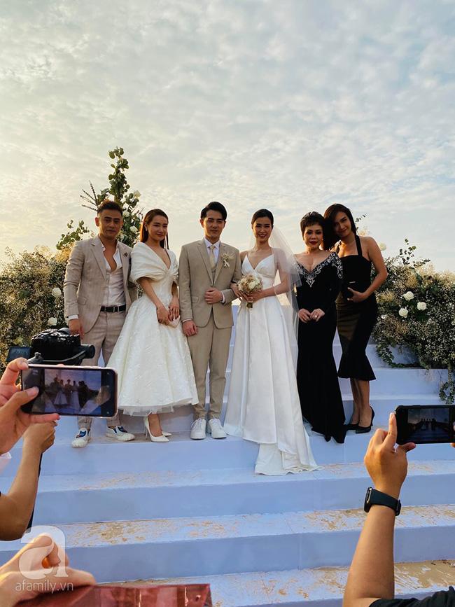 Đám cưới Đông Nhi: Khách mời lên đồ đúng chuẩn dress code nhưng vẫn không thể lường trước được tình huống hi hữu xảy ra - Ảnh 2.