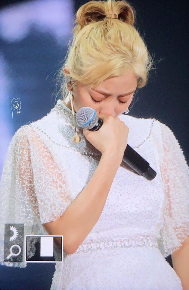 Vừa có tin đồn chia tay Kang Daniel, Jihyo (TWICE) bật khóc nức nở ngay trong concert khiến fan xót xa - Ảnh 2.