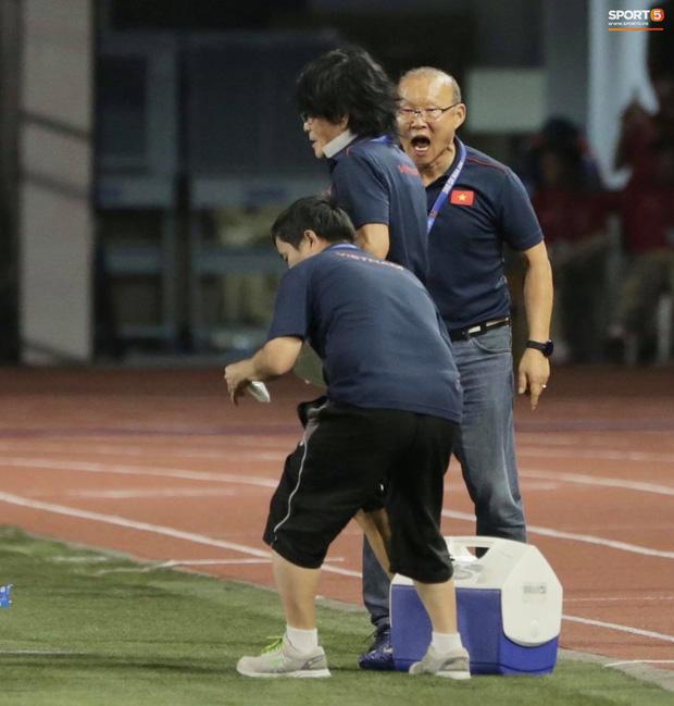 """Muôn vàn biểu cảm đáng giá của thầy Park trong trận chung kết SEA Games 30: Từ"""" đanh đá"""" cãi nhau với trọng tài đến lo lắng cho các cầu thủ  - Ảnh 10."""