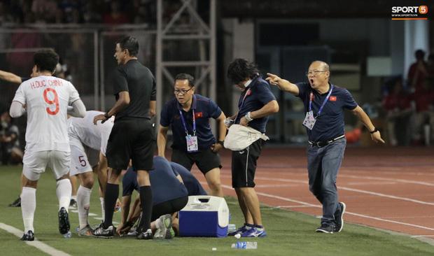 """Muôn vàn biểu cảm đáng giá của thầy Park trong trận chung kết SEA Games 30: Từ"""" đanh đá"""" cãi nhau với trọng tài đến lo lắng cho các cầu thủ  - Ảnh 9."""
