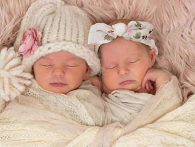 2 bé gái song sinh tử vong khi ngủ cùng giường với mẹ - Ảnh 1.