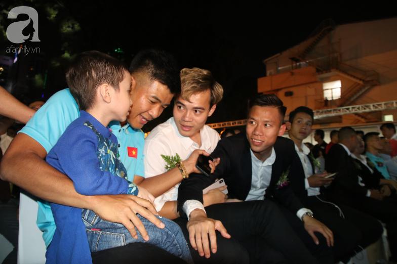 Hà Đức Chinh và hứa hẹn cúp vàng với cậu bé 5 tuổi mắc ung thư - Ảnh 1.