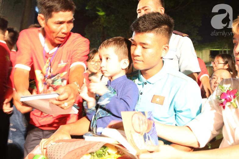 Hà Đức Chinh và hứa hẹn cúp vàng với cậu bé 5 tuổi mắc ung thư - Ảnh 2.