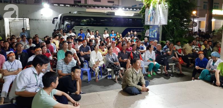 Hình ảnh đẹp trong trận chung kết bóng đá nam SEA Games: Bệnh nhân và y bác sĩ bệnh viện vỡ òa khoảnh khắc đội tuyển Việt Nam vô địch - Ảnh 4.