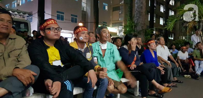 Hình ảnh đẹp trong trận chung kết bóng đá nam SEA Games: Bệnh nhân và y bác sĩ bệnh viện vỡ òa khoảnh khắc đội tuyển Việt Nam vô địch - Ảnh 6.