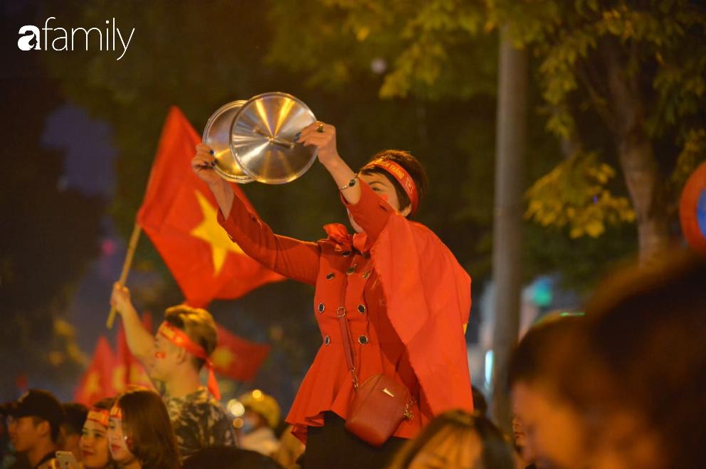 """""""Bão"""" đã được thầy Park và đội tuyển U22 Việt Nam gửi về từ Seagame 30, người hâm mộ khắp 3 miền Tổ Quốc thức trắng đêm ăn mừng chiến thắng sau 60 năm chờ đợi - Ảnh 1."""