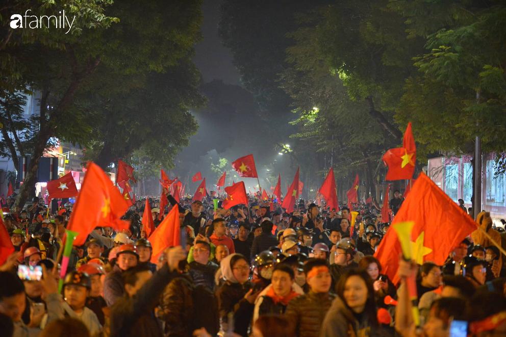 """""""Bão"""" đã được thầy Park và đội tuyển U22 Việt Nam gửi về từ Seagame 30, người hâm mộ khắp 3 miền Tổ Quốc thức trắng đêm ăn mừng chiến thắng sau 60 năm chờ đợi - Ảnh 3."""