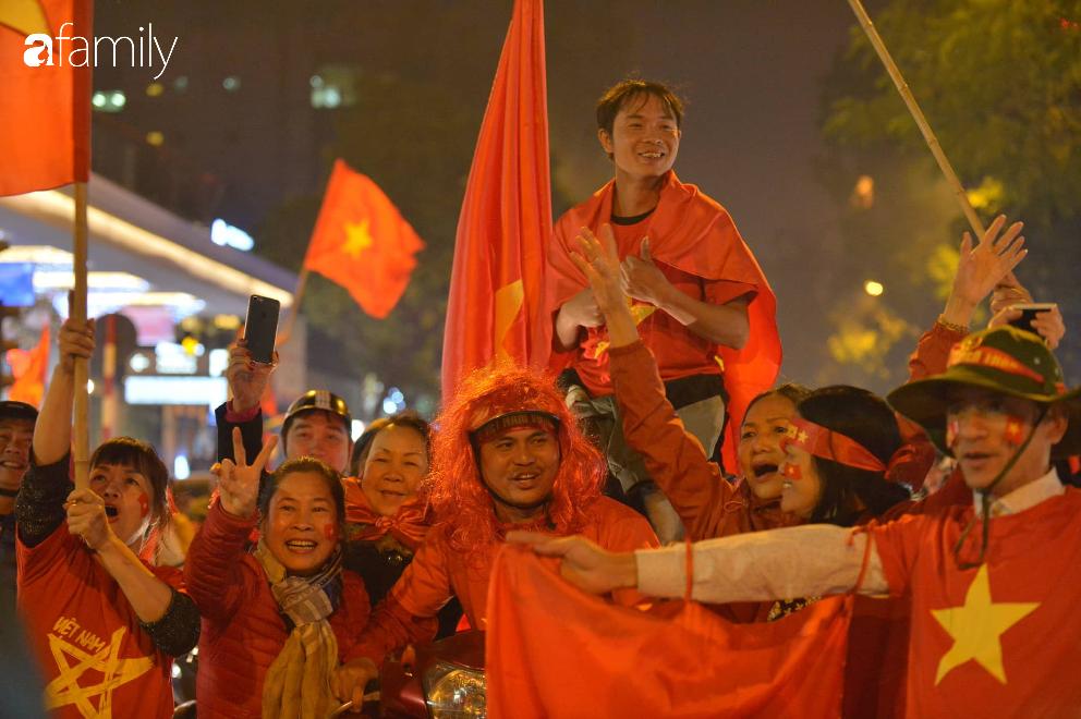 """""""Bão"""" đã được thầy Park và đội tuyển U22 Việt Nam gửi về từ Seagame 30, người hâm mộ khắp 3 miền Tổ Quốc thức trắng đêm ăn mừng chiến thắng sau 60 năm chờ đợi - Ảnh 4."""