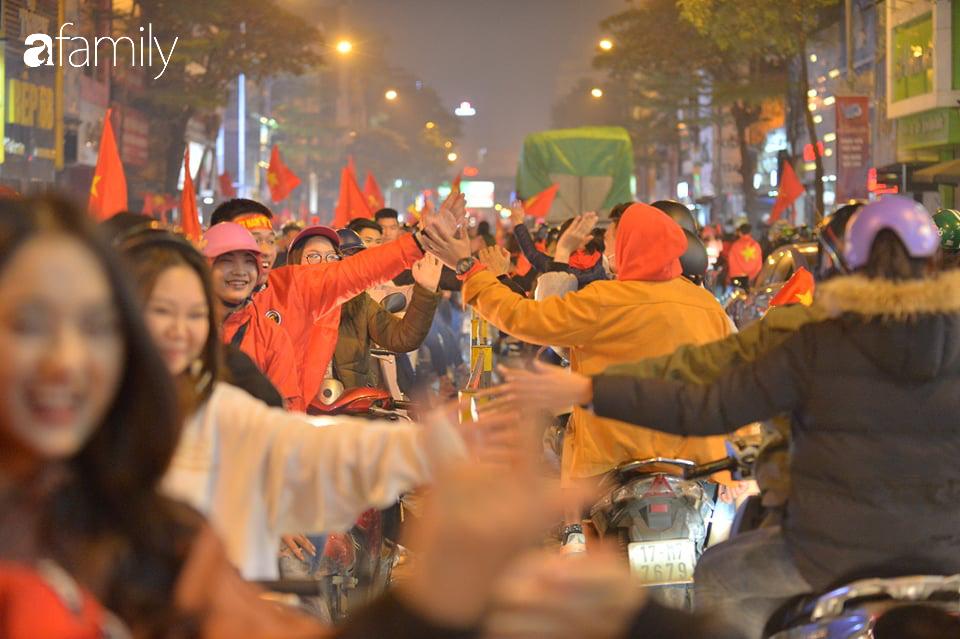 """""""Bão"""" đã được thầy Park và đội tuyển U22 Việt Nam gửi về từ Seagame 30, người hâm mộ khắp 3 miền Tổ Quốc thức trắng đêm ăn mừng chiến thắng sau 60 năm chờ đợi - Ảnh 7."""