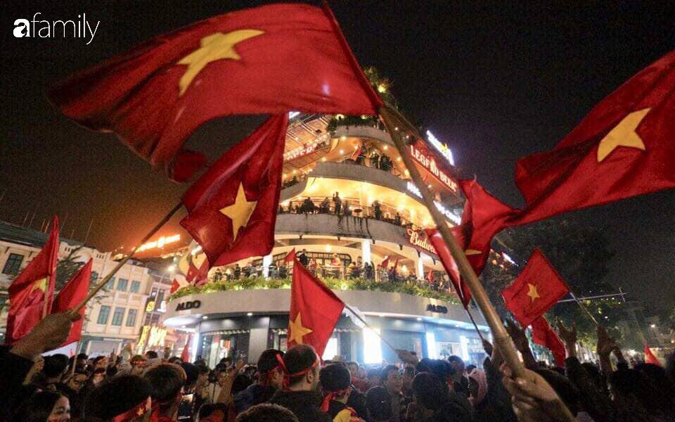 """""""Bão"""" đã được thầy Park và đội tuyển U22 Việt Nam gửi về từ Seagame 30, người hâm mộ khắp 3 miền Tổ Quốc thức trắng đêm ăn mừng chiến thắng sau 60 năm chờ đợi - Ảnh 8."""