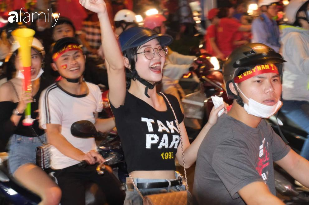 """""""Bão"""" đã được thầy Park và đội tuyển U22 Việt Nam gửi về từ Seagame 30, người hâm mộ khắp 3 miền Tổ Quốc thức trắng đêm ăn mừng chiến thắng sau 60 năm chờ đợi - Ảnh 15."""