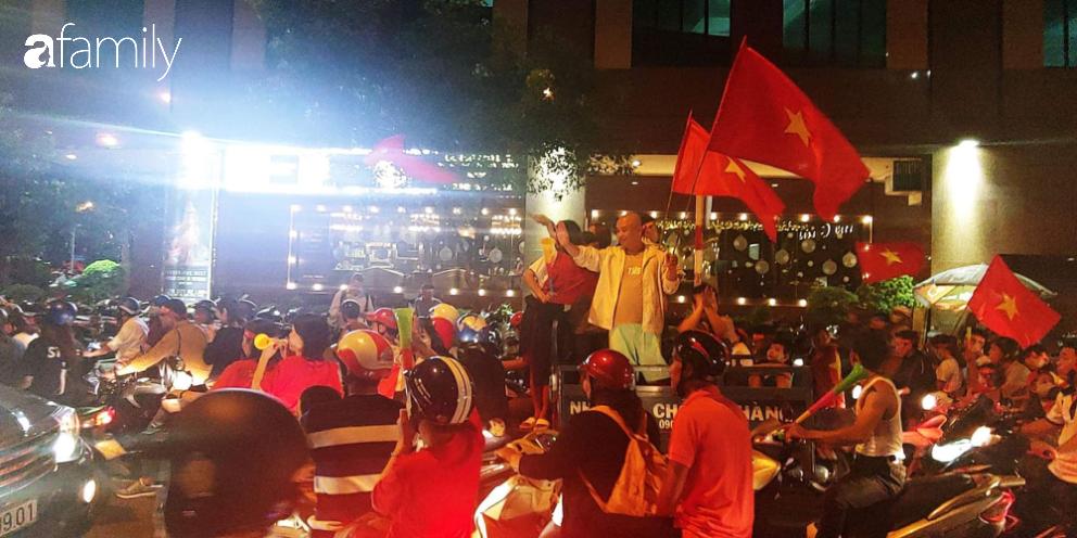 """""""Bão"""" đã được thầy Park và đội tuyển U22 Việt Nam gửi về từ Seagame 30, người hâm mộ khắp 3 miền Tổ Quốc thức trắng đêm ăn mừng chiến thắng sau 60 năm chờ đợi - Ảnh 16."""