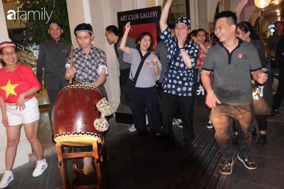 """""""Bão"""" đã được thầy Park và đội tuyển U22 Việt Nam gửi về từ Seagame 30, người hâm mộ khắp 3 miền Tổ Quốc thức trắng đêm ăn mừng chiến thắng sau 60 năm chờ đợi - Ảnh 17."""