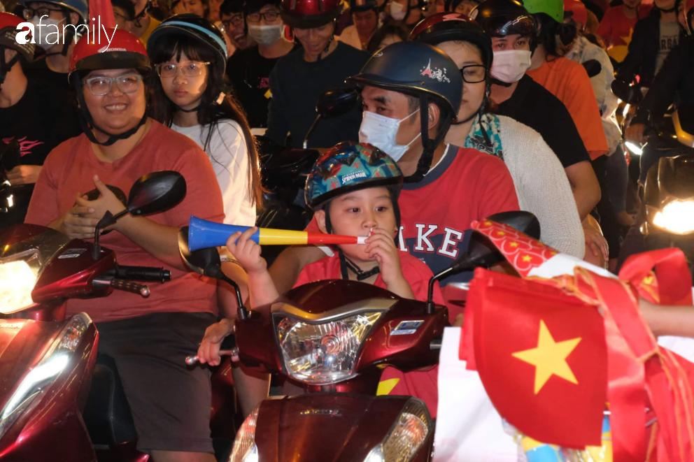 """""""Bão"""" đã được thầy Park và đội tuyển U22 Việt Nam gửi về từ Seagame 30, người hâm mộ khắp 3 miền Tổ Quốc thức trắng đêm ăn mừng chiến thắng sau 60 năm chờ đợi - Ảnh 18."""
