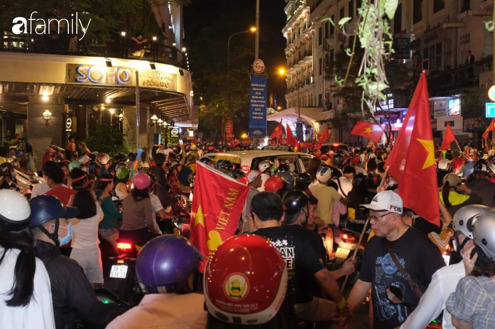 """""""Bão"""" đã được thầy Park và đội tuyển U22 Việt Nam gửi về từ Seagame 30, người hâm mộ khắp 3 miền Tổ Quốc thức trắng đêm ăn mừng chiến thắng sau 60 năm chờ đợi - Ảnh 19."""