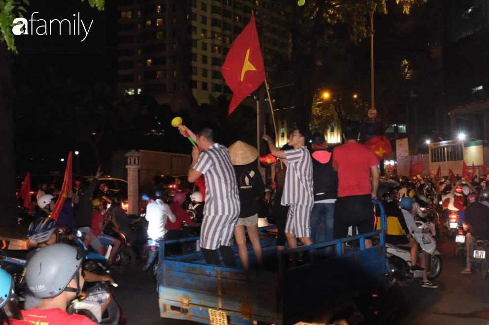 """""""Bão"""" đã được thầy Park và đội tuyển U22 Việt Nam gửi về từ Seagame 30, người hâm mộ khắp 3 miền Tổ Quốc thức trắng đêm ăn mừng chiến thắng sau 60 năm chờ đợi - Ảnh 20."""