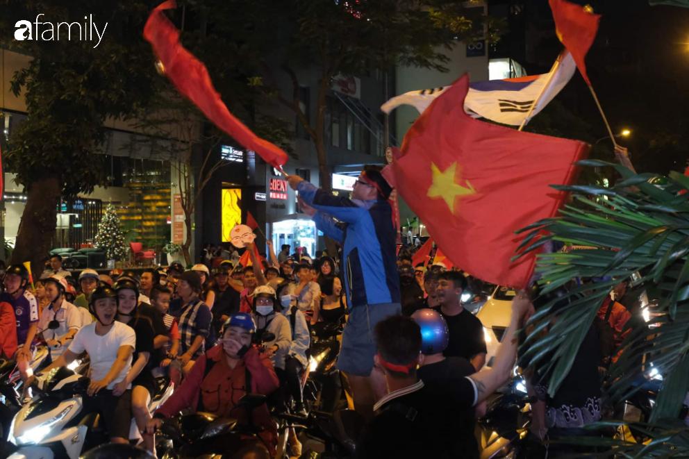 """""""Bão"""" đã được thầy Park và đội tuyển U22 Việt Nam gửi về từ Seagame 30, người hâm mộ khắp 3 miền Tổ Quốc thức trắng đêm ăn mừng chiến thắng sau 60 năm chờ đợi - Ảnh 21."""