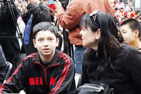 Con trai bị tự kỷ, cha mẹ bình tâm bên cạnh  - Ảnh 2.