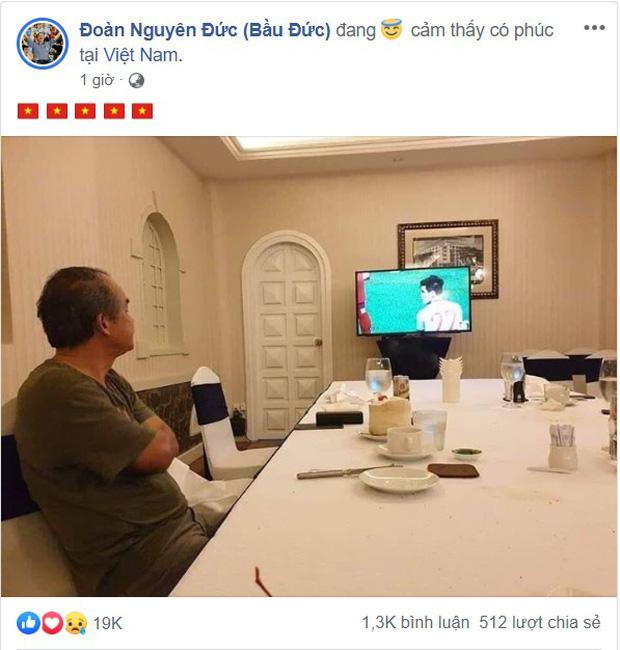 Hình ảnh bầu Đức lặng theo dõi trận chung kết U22 Việt Nam qua tivi cùng dòng trạng thái đặc biệt trên Facebook khiến ngàn người cảm động - Ảnh 1.