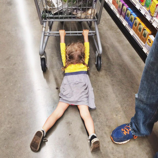 Bỏ túi bí quyết này, bố mẹ tha hồ cùng con đi mua sắm mà không phải lo lắng về những cơn ăn vạ hay mất tiền oan cho con nữa - Ảnh 1.