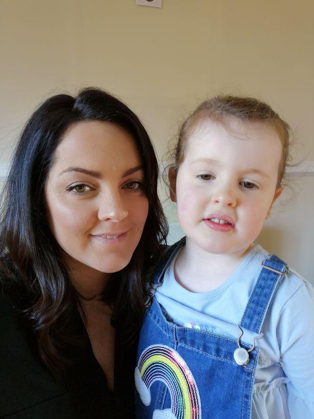 """Mẹ được nhận giải thưởng """"Anh hùng"""" khi cứu sống con gái 8 tháng tuổi bị hóc nghẹn bởi một miếng xoài - Ảnh 3."""