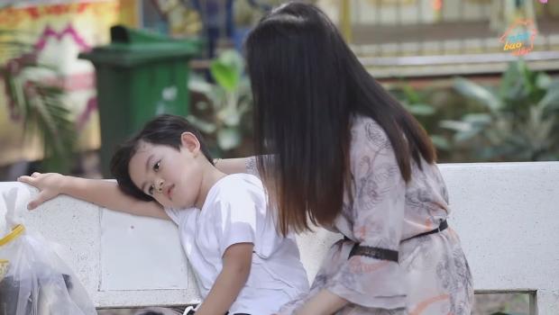"""Kubi đòi mua đồ chơi không được liền giận dỗi, Khánh Thi áp dụng """"tuyệt chiêu ngọt ngào"""" khiến cậu bé dù buồn vẫn phải đứng dậy đi theo - Ảnh 3."""