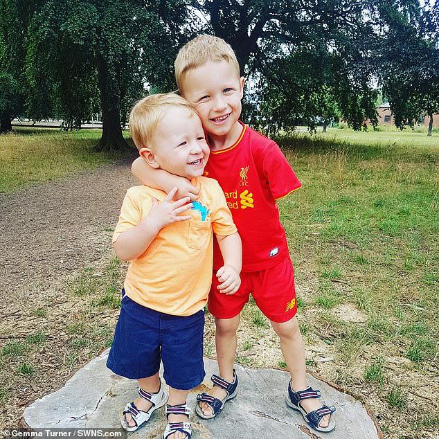 Bị dị tật bẩm sinh ở chi, bé trai 5 tuổi đã vỡ òa trong cảm xúc khi lần đầu tiên được ôm trọn vẹn em trai vào lòng  - Ảnh 3.