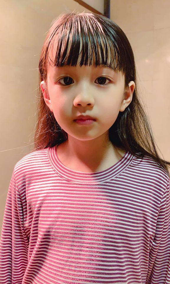 Bé gái được mẹ cắt tóc bằng chiêu bát úp ngược thần thánh, nhìn thành quả ai nấy đều phải thốt lên bất ngờ - Ảnh 2.