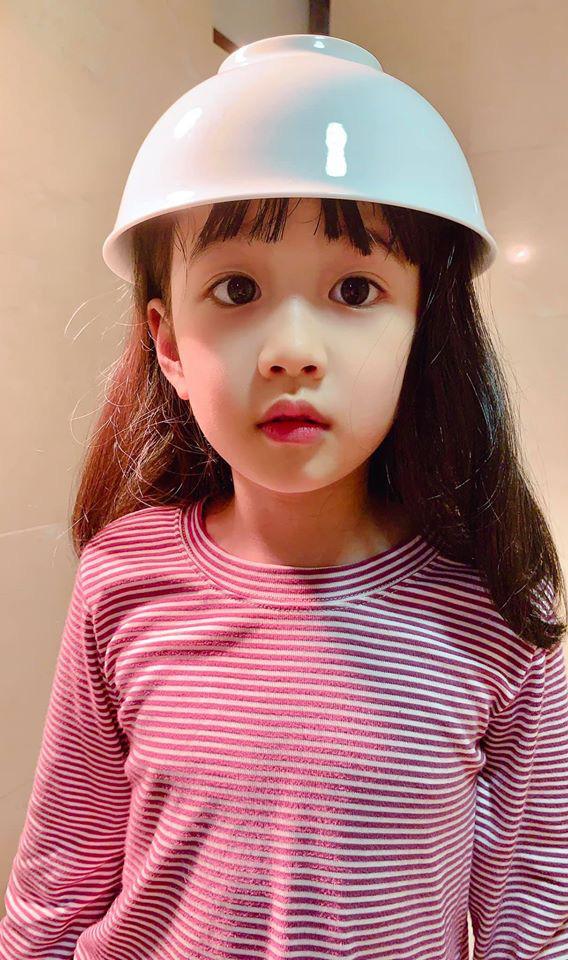 Bé gái được mẹ cắt tóc bằng chiêu bát úp ngược thần thánh, nhìn thành quả ai nấy đều phải thốt lên bất ngờ - Ảnh 1.