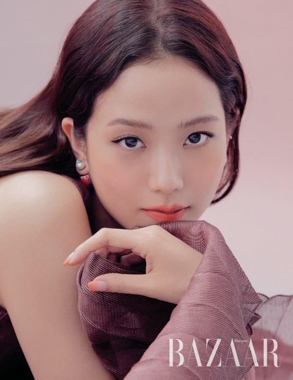 Jisoo (BLACKPINK) lại xuất hiện trên bìa tạp chí danh tiếng nhưng với vai trò mới khiến fan tự hào gấp bội - Ảnh 3.