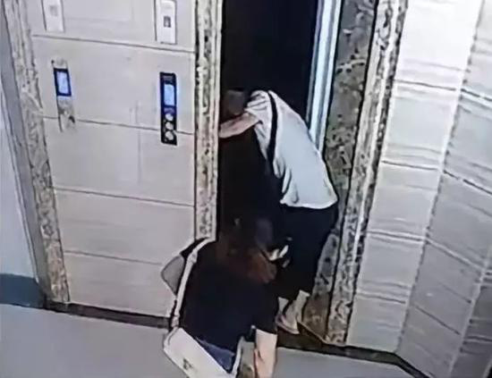Cửa thang máy mở nhưng thang chưa đến, một ông lão tử vong oan ức vì sự bất cẩn của bản thân và con rể - Ảnh 3.