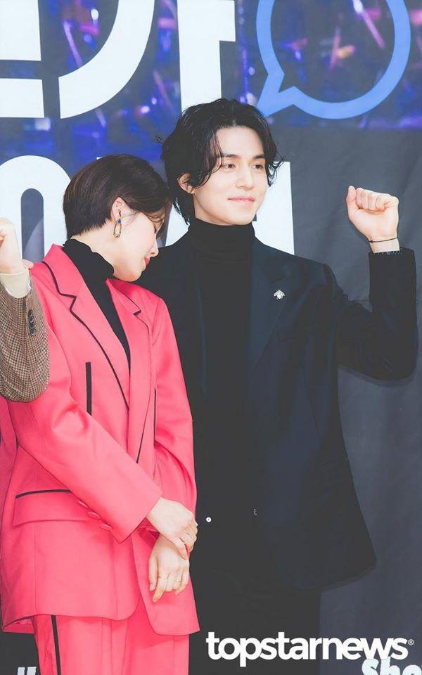 """Gần 20 năm hoạt động trong làng giải trí, đây là lần đầu tiên """"Thần chết"""" Lee Dong Wook công khai thể hiện hành động thân mật với một sao nữ - Ảnh 5."""