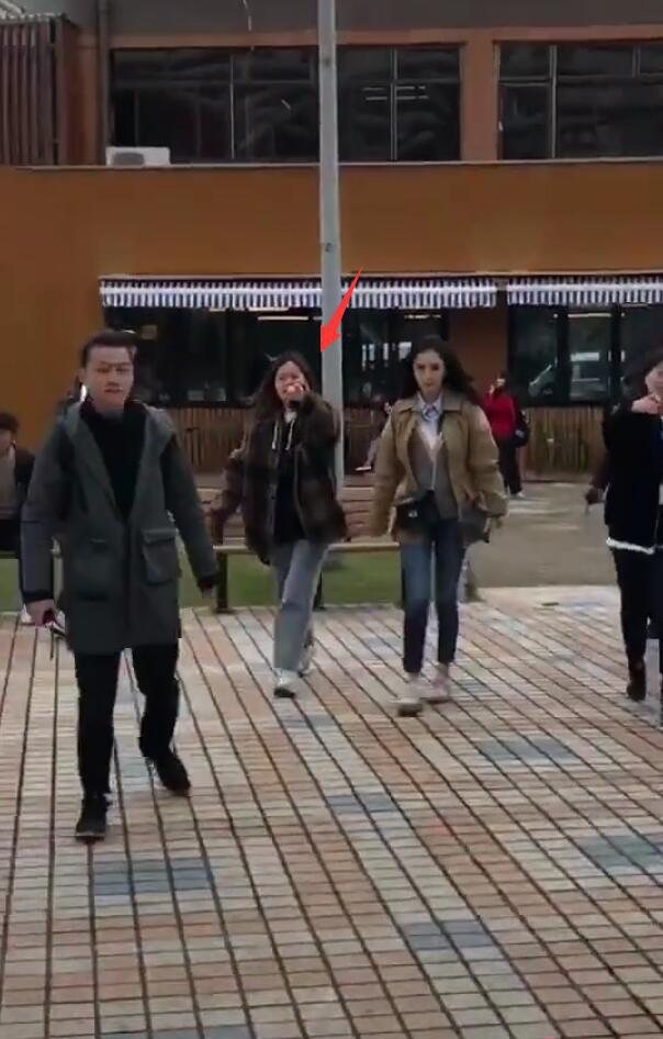 Trợ lý của Dương Mịch quát tháo, chỉ tay vào thẳng mặt fan để cấm chụp ảnh hậu trường - Ảnh 3.