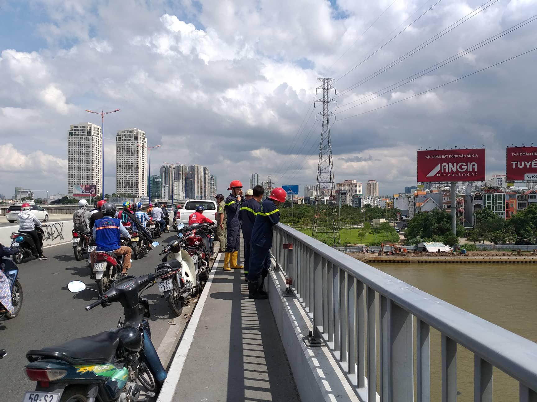 Bỏ vợ lại trên cầu, người đàn ông quê Gia Lai nhảy cầu Sài Gòn mất tích - Ảnh 1.