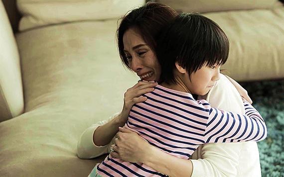 Tình cờ chứng kiến đứa trẻ 10 tuổi gào khóc vùng vẫy đòi về với bà nội, tôi sững sờ xé đơn ly hôn ngay trước cổng tòa rồi bỏ chạy về nhà